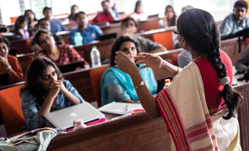 faculty-teaching-in-collage