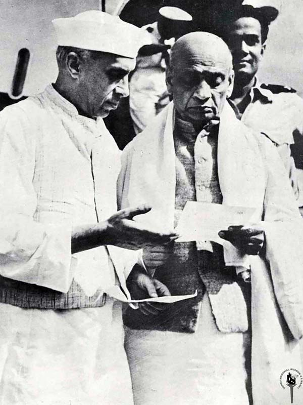 Jawaharlal_Nehru_with_Sarda